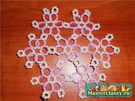 Мотивы - цветочки плетутся отдельно и последовательно соединяются.  Цветочная салфетка из бисера Мастер класс от Лалы.