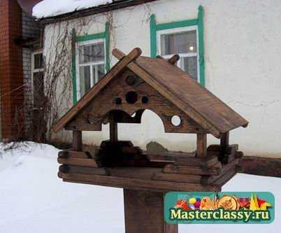 Но красивые поделки из дерева для дачи можно делать не только из старых вещей.  Открытую террасу можно украсить...