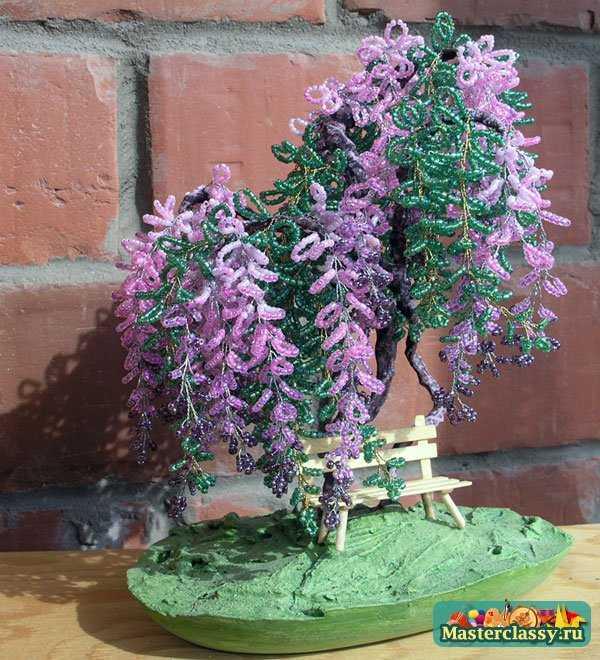 Цветущие деревья смотрятся оригинально и очень захватывающе.  Бутоны и лепестки мастерятся из того же бисера.