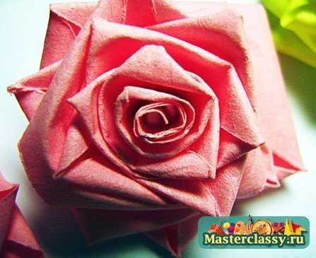 Для производства квиллинг розы пригодятся полосы цветной бумаги длиной от 30 см и шириной 9 мм.