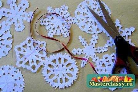 Для своей новогодней елки вы можете сделать. снежинки из бисера.