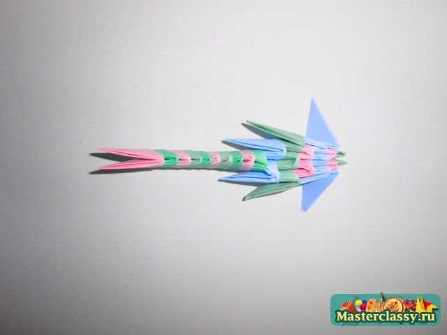 4.Прикрепляем крылья к туловищу.  3.Из девяти модулей делаем крыло - их нужно два.