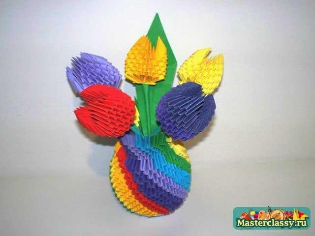 Ваза для цветов с тюльпанами
