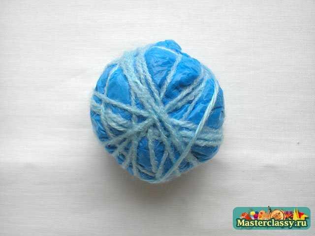 Из мусорного пакета формируем шар и наматываем на него вязальные нитки.