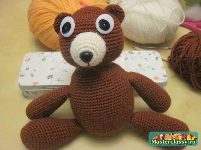 Длина будущего шарфика...  Стоит медвежонка одеть по погоде.  Свяжем медвежонку шарфик и шапочку с помпоном.