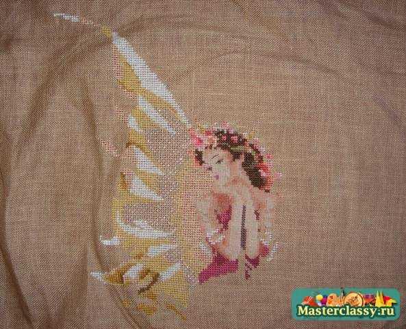 Затем я вышивку постирала, погладила с изнаночной стороны и начала пришивать бисер.  Бусинки расположились на крыльях...