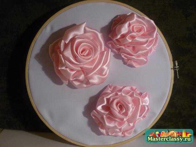 Потом я сделала листочки для роз.  Я вырезала из атласной ленты их, а...