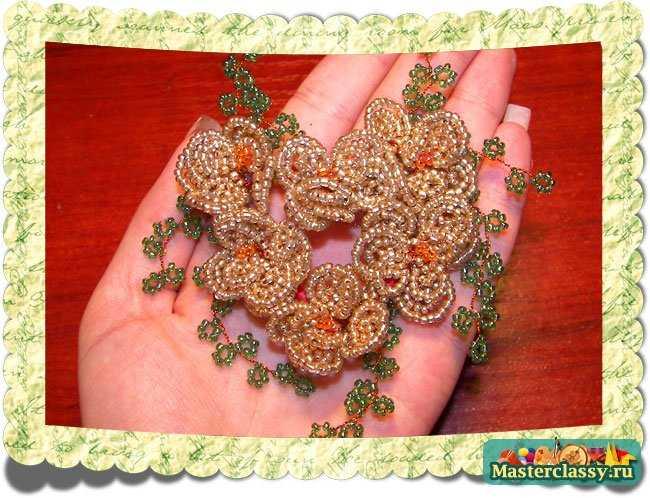 Прекрасный предмет декора и памятная вещь поднимающая настроение в праздничные дни.  Елочка из бисера.