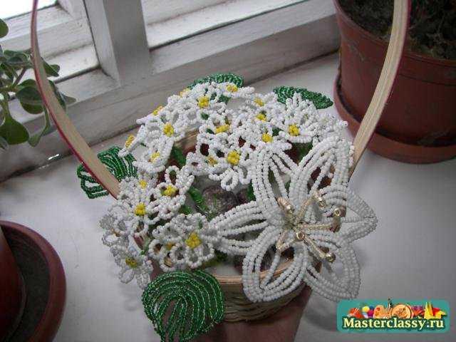 Цветы из бисера своими руками Корзинка с ромашками и лилией Мастер класс.
