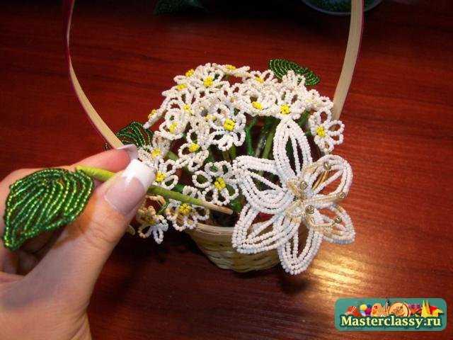 Как делаются изделия из бисера, цветы из . замечательные цветочки в горшочке из бисера Фиалка из бисера в уходе .