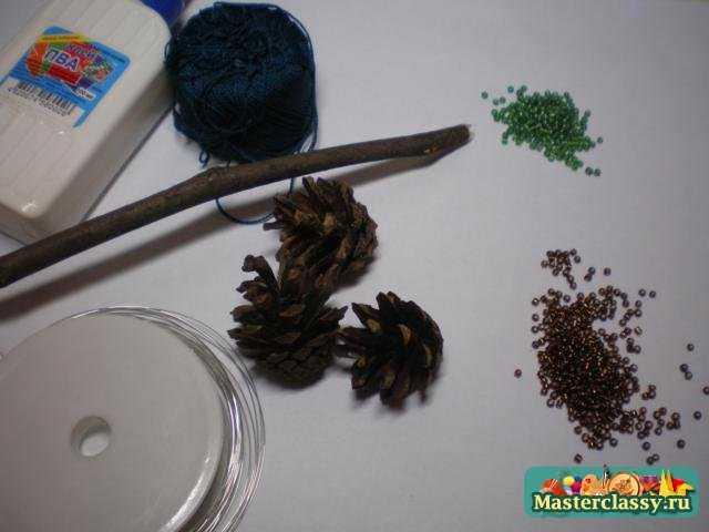 Что нам понадобится: - бисер темно-зеленого оттенка - коричневый бисер - проволока для бисера - веточка обычного...