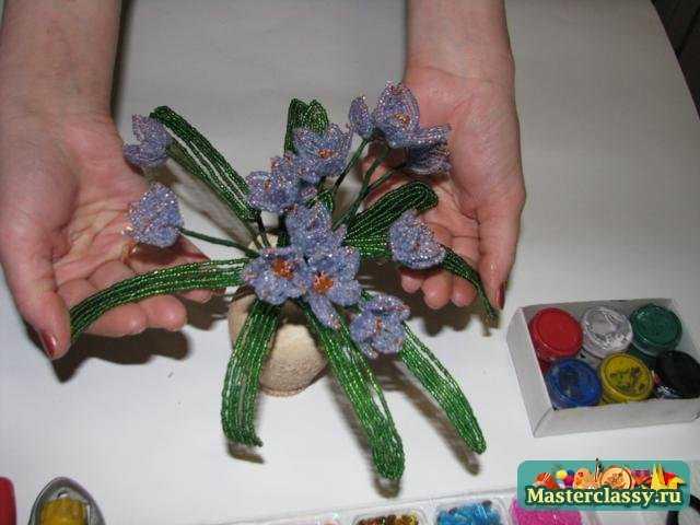 И цветочное украшение Букетик пролесков из бисера в керамической вазочке готово!
