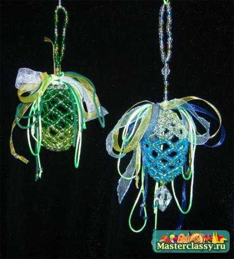 Пасхальные поделки своими руками в форме яиц-крашенок, так же делают из тонких атласных лент или цветных ниток...