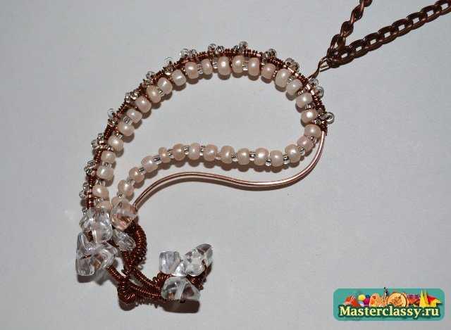 Так же, в работе я использовала белые жемчужные бусины, белый прозрачный бисер и камни имитирующие хрусталь.