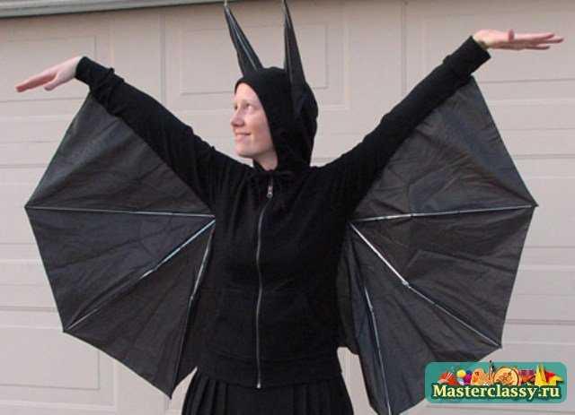 Для того чтобы создать костюм летучей мыши, тебе понадобится черная олимпийка или спортивная куртка и черный зонт.