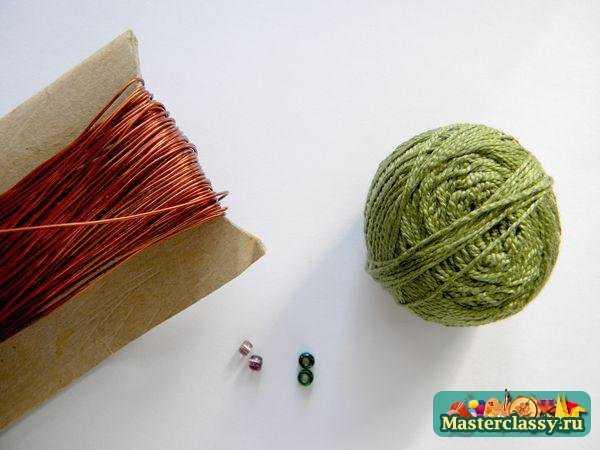Темно-зеленые нитки ирис - 1 моток Медная проволока (толстая) Бисер зеленый прозрачный - 3 шт.