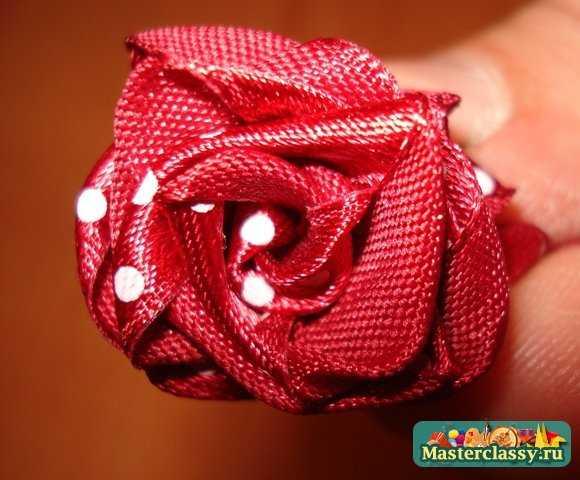 Роза из атласной ленты на