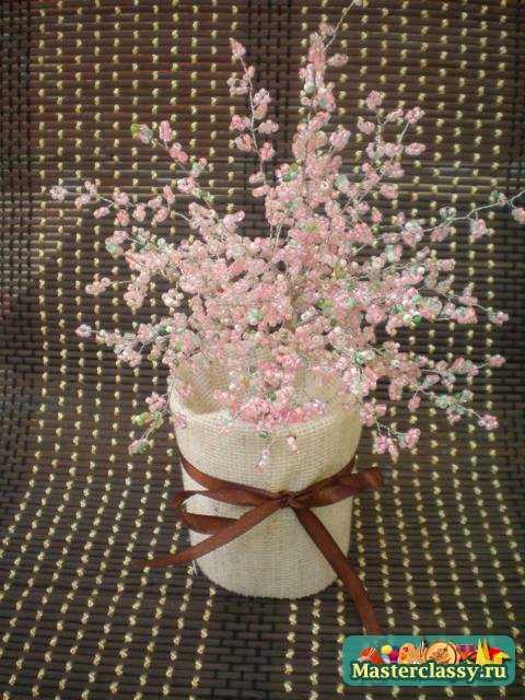 Наша сакура теперь радует своей красотой.  Только один совет, не ставьте это деревце на окне.  А то бисер имеет такое...