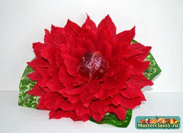 Приклеивать цветок к коробке конфет в