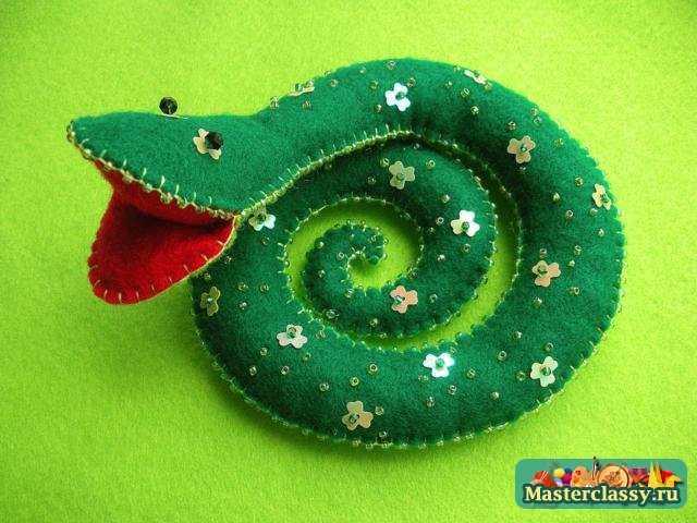 Новогодние поделки 2013. Фетровая змейка. Мастер класс с пошаговыми фото