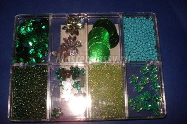Пальма из бисера своими руками изготавливается из следующих материалов.  Паетки изумрудно-зеленого цвета.