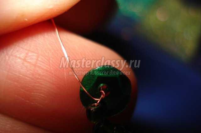 На вторую проволочку из пары нанизываем бисер светлого зеленого оттенка и замыкаем ее также как предыдущую.