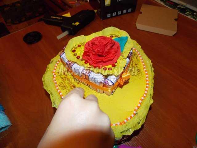 Подарок из конфет на День Матери