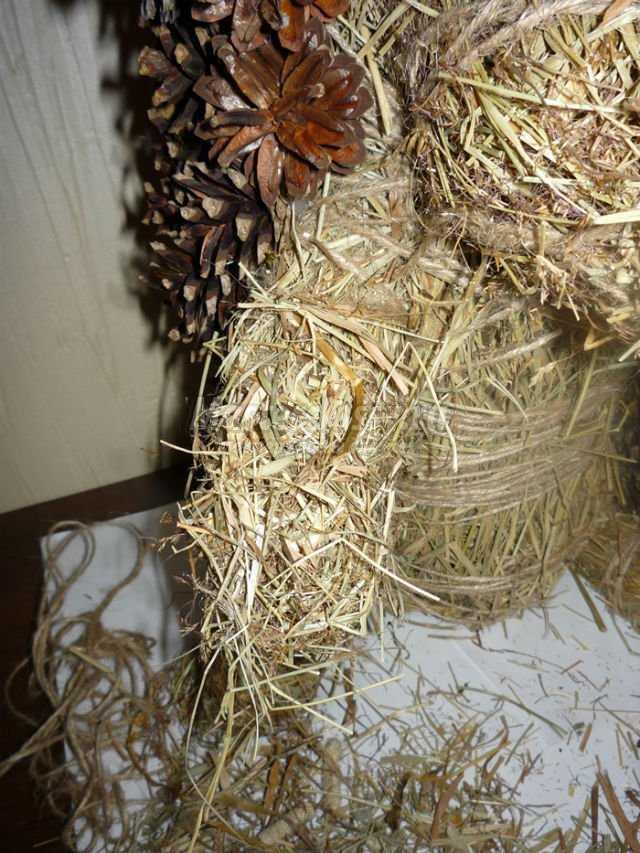 Поделка из шишек и сена