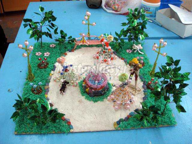 """Вот такой у меня получился парк в стиле  """"Рэтро """" в технике бисероплетения.  Автор:Олызько Юлия ученица 5го класса."""