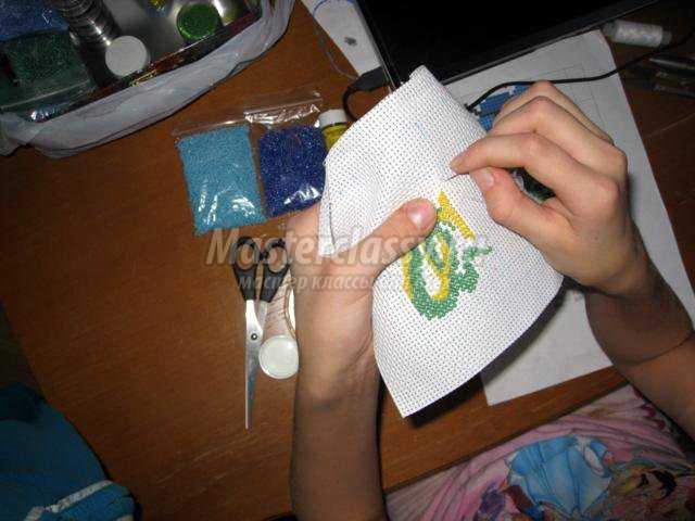 Закончив работу - нужно удалить разметку маркера.  Для этого канву стираем, сушим и гладим.