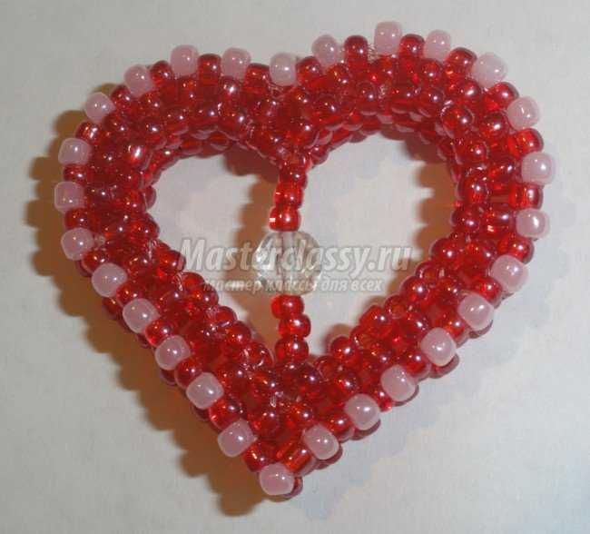 Сплести такие сердечки как на фотографии достаточно просто.  Сердце из бисера можно использовать как брелок, кулон...