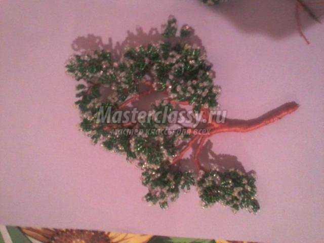 гирлянда из бисера дорожный знак на новогодней елке.