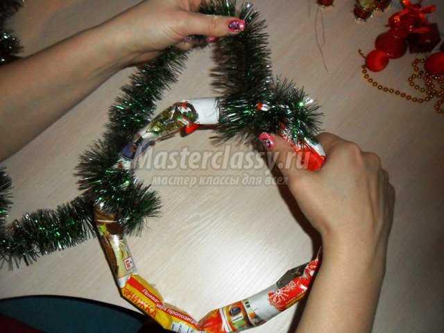 Новогодний венок своими руками пошагово из мишуры и картона