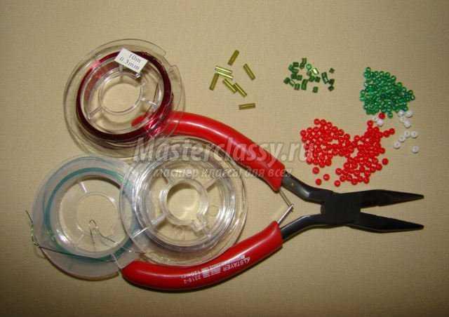 Для пуансетии и хвойных веточек потребуется. красный, зеленый, белый; стеклярус серебристый и зеленый мелкий...