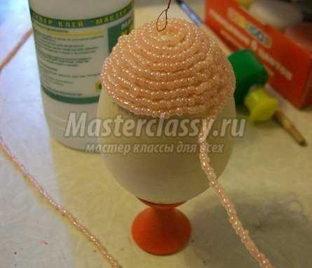 Чтобы сделать на пасхальном яйце объемный и интересный узор, нужно использовать второй способ плетения.