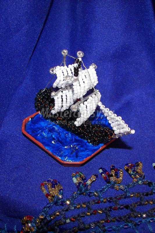 Корабль на воде из бисера