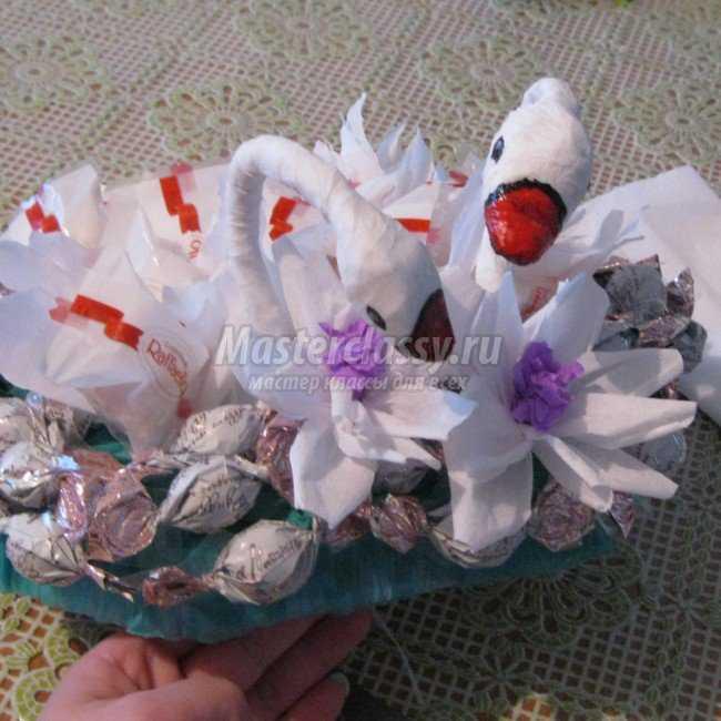 Лебеди с конфетами своими руками 7