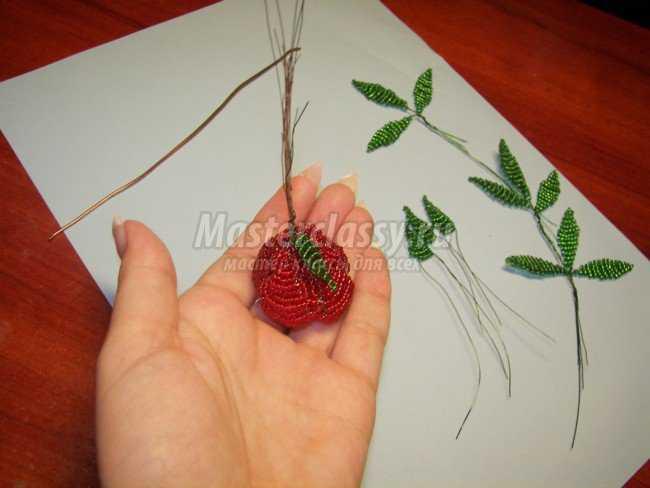 Бутон розы при помощи концов проволоки крепим к стеблю цветка (небольшому отрезку толстой проволоки) .