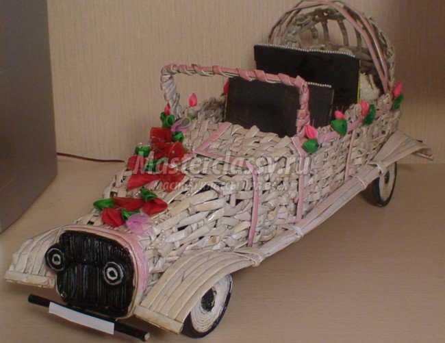 Ретро автомобиль из газетных палочек