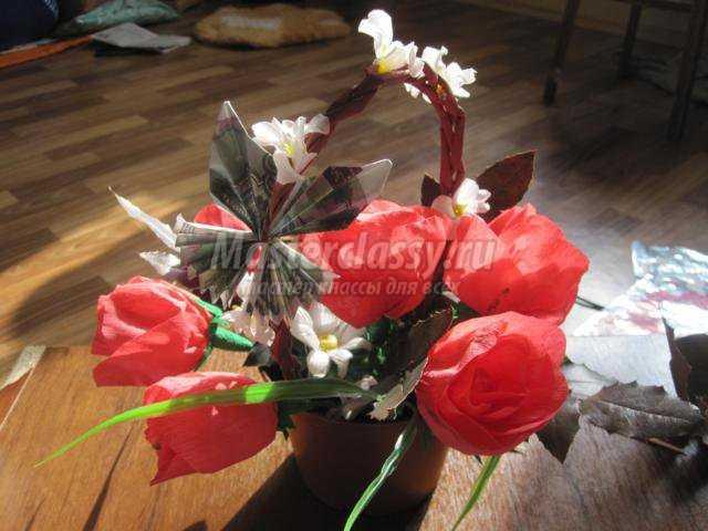 Бутоны розы из конфет и гофрированной бумаги