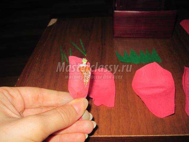 розы из конфет и гофрированной бумаги