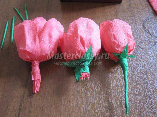 Фото Розы из гофрированной бумаги из конфет