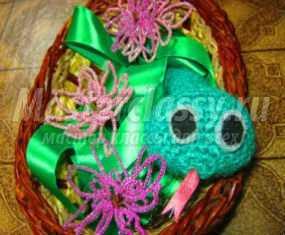 81. Автор: Нурмагамбетова Фатима.  Подарок своими руками.  Вязаная крючком змея и цветы из бисера.