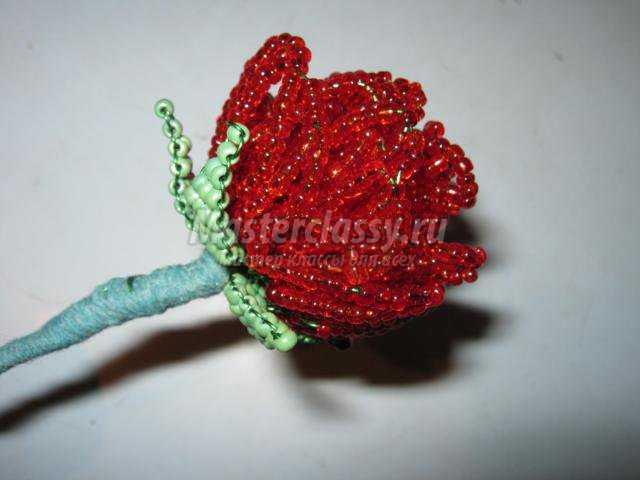 Вокруг располагаю 4 листика и обматываю стебелек нитками.  Таких бутонов изготовила 2... роз из бисера.