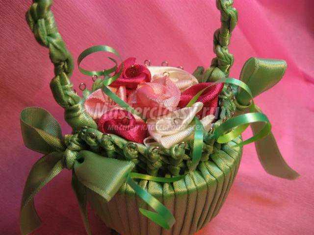 Цветы в корзине из атласных лент своими руками