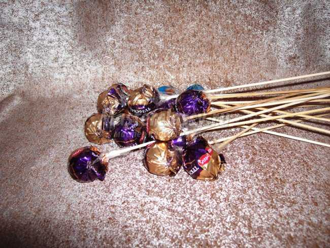 Подарки из конфет. Тюльпаны