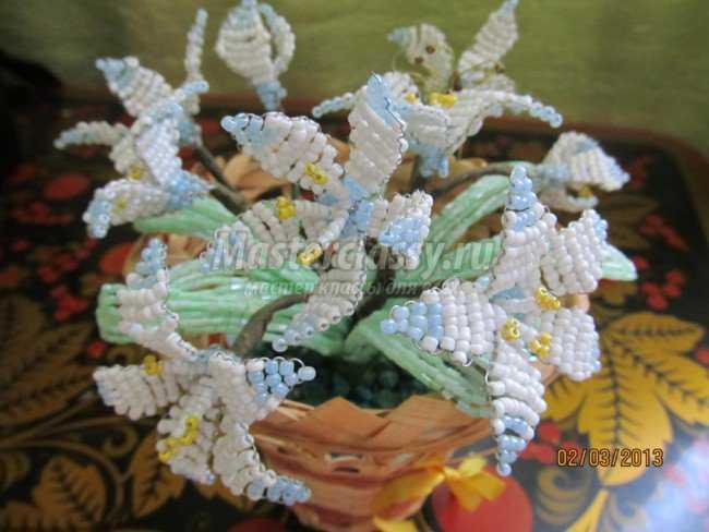 После высыхания гипса расправить цветочки и листочки.  Наш нежный весенний букет подснежников из бисера готов.