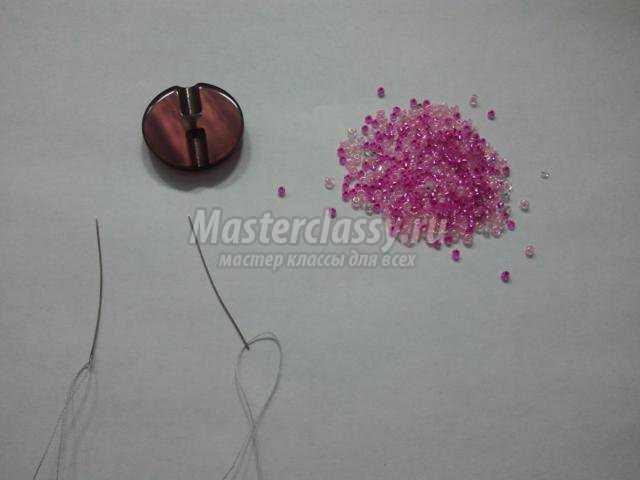 Начнем с плетения крестовой цепочки.  Нанизываем на нитку 4 темных бисерины правой иглой. бисер.  2 цвета.