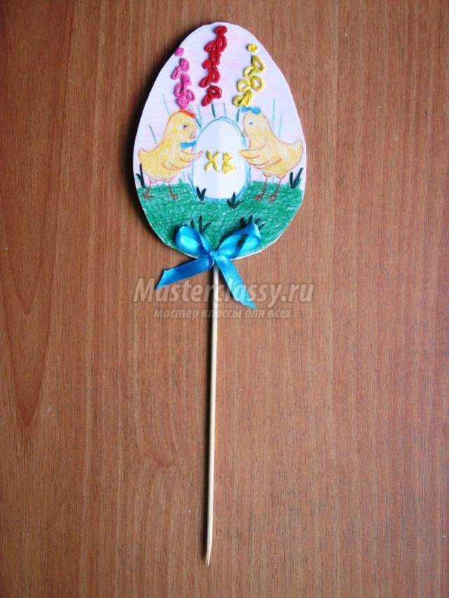 на картоне пасхальное яйцо