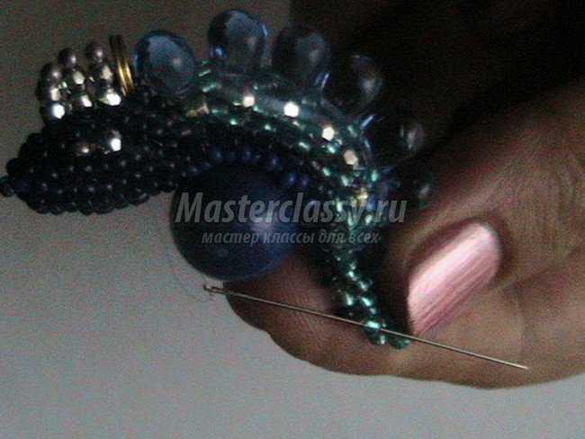 Плетем еще один ряд в технике мозаика бисером бирюзового цвета 0582 Затем у нас 3 ряда темно-синего прозрачного.